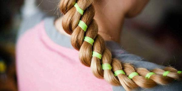 плести косы с ленточками