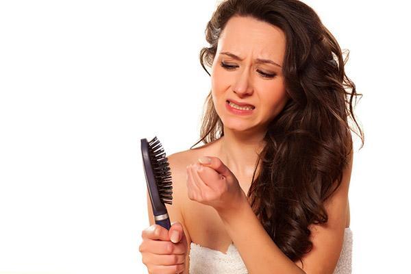 Выпадают волосы: причины проблемы и что можно сделать в домашних условиях