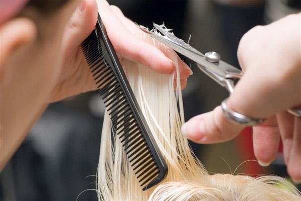 Стрижем кончики для восстановления структуры волос, но делаем это красиво